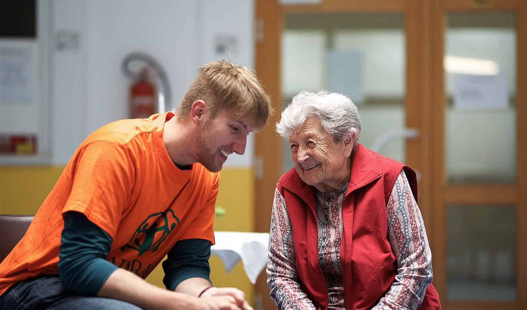 Dobrovolník ADRA si povídá se seniorkou