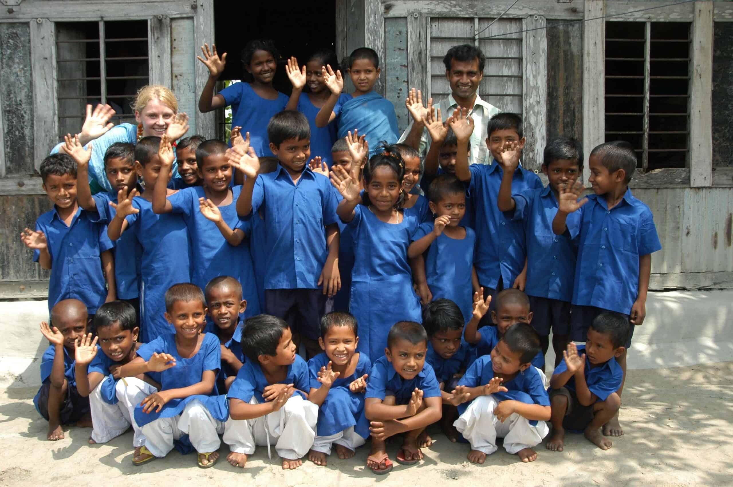 Žáci vesnické školy vAmbari před starou budovou