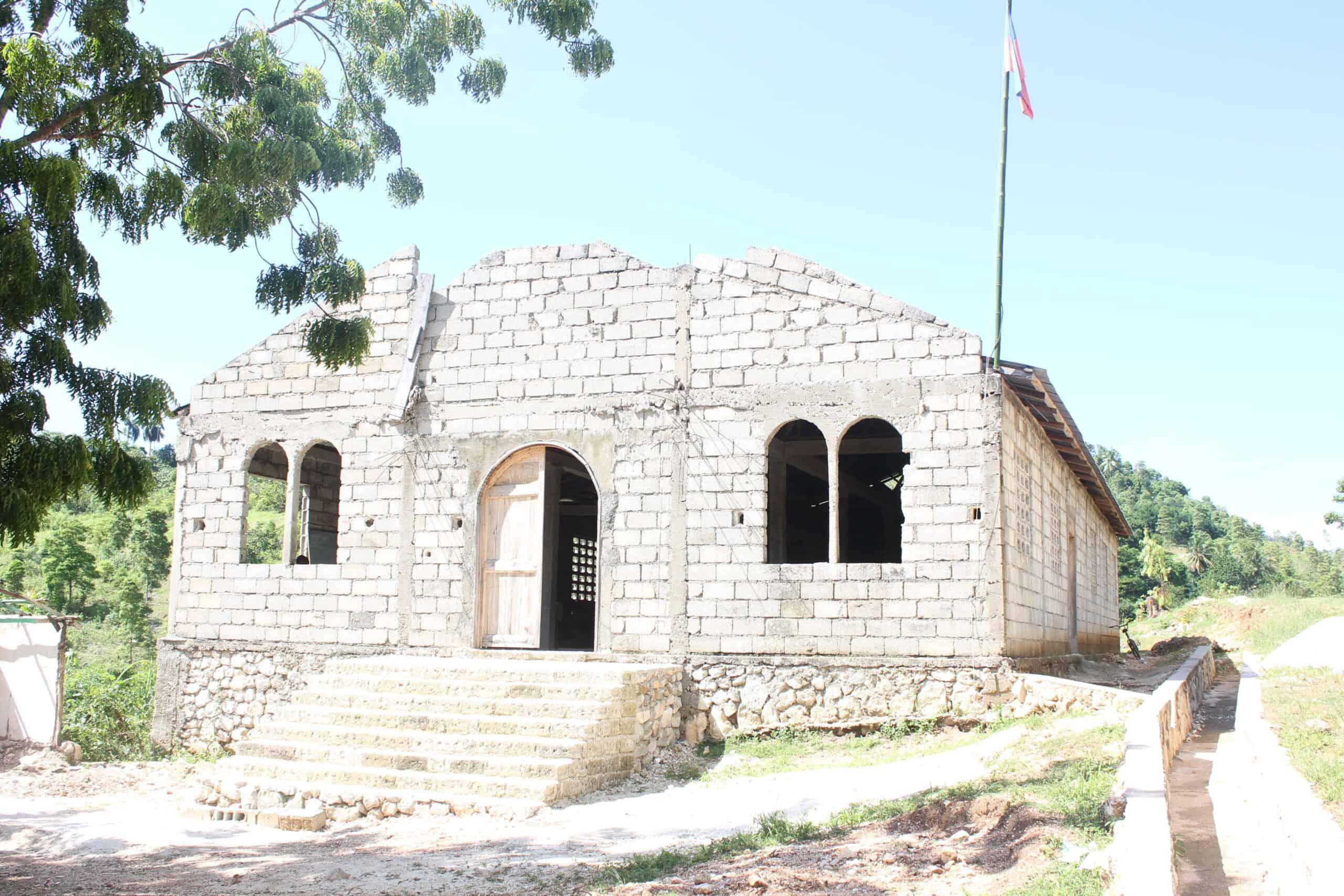 Nedokončený kostel, vněmž škola dočasně sídlí.