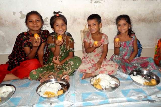 Děti ze slumového centra Čalantika při obědě