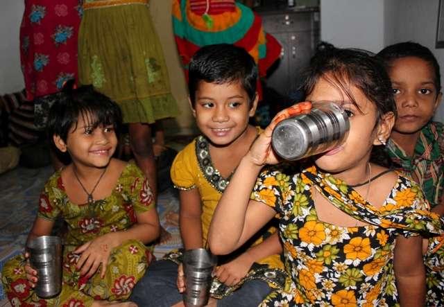 Děti ze slumového centra pijí čistou vodu